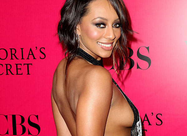 Keri Hilson and Chris Brown simulate sex on stage -