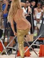 Shakira flashes ass