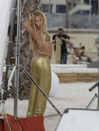 Shakira shaking