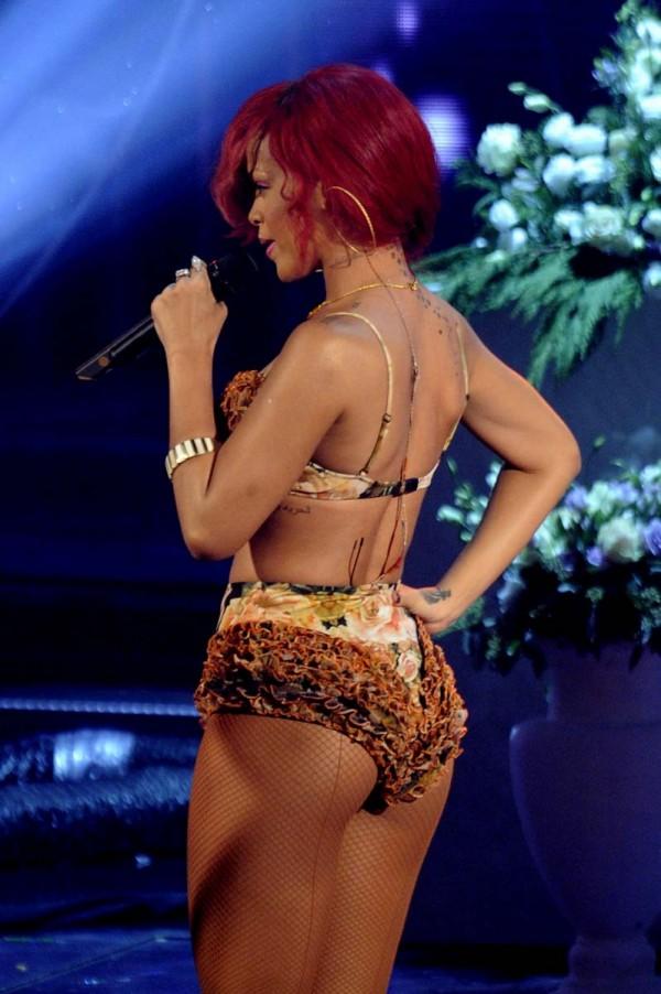 Rihanna Shakes Her Ass 2