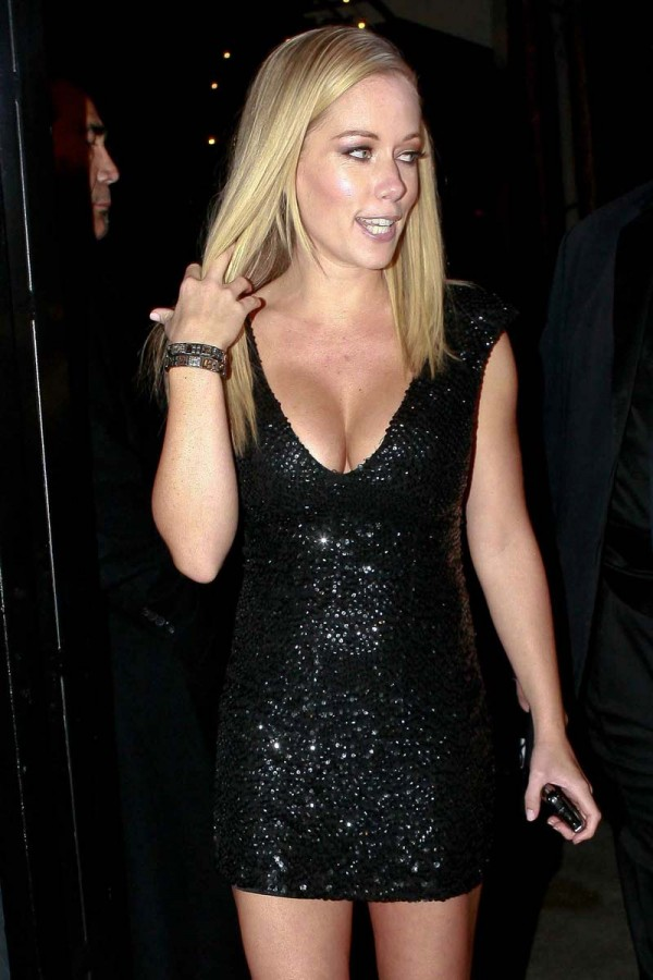 Kendra Wilkinson gallery cleavage