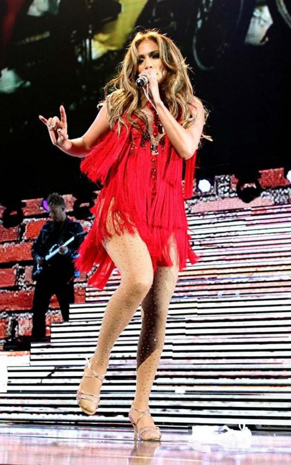Jennifer Lopez booty performs