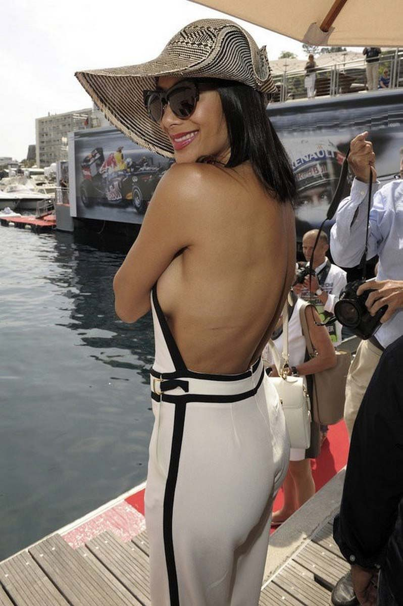 Nicole Scherzinger flashes bum and