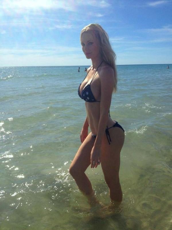 Sophie Turner bikini booty