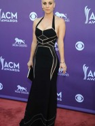 kaley-cuoco-cleavage-6