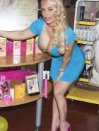 Nicole Coco Austin cleavage